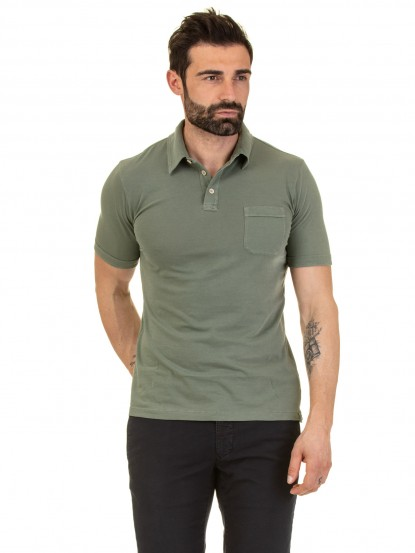 Polo in jersey di cotone color militare con collo camicia e taschino